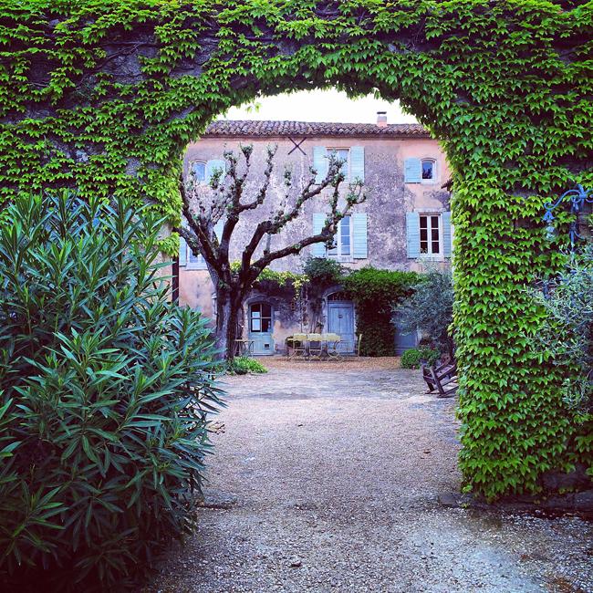 travel_josephine_provence_franta_village_maubec_domaine_faverot_podgorie